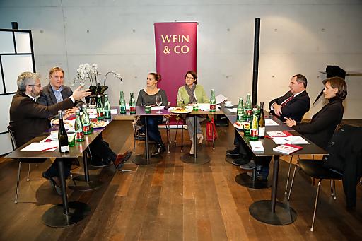 Experten über das perfekte Weingeschenk (von li. n. re.): Oliver Sartena, Berthold Salomon, Karin Schnegdar, Monika Kriwan (Moderation), Udo Kaubek, Susanne Staggl.