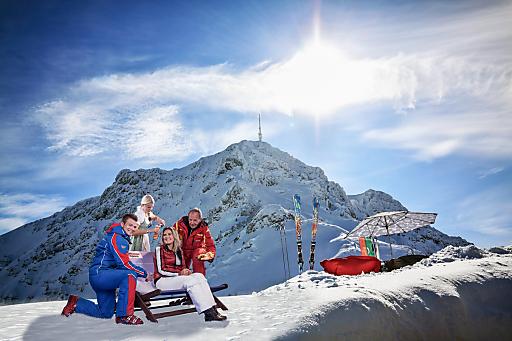 Pisten-Halbpension. Mit ihr kann man rund um St. Johann in Tirol die Skipisten der Kitzbüheler Alpen erobern.