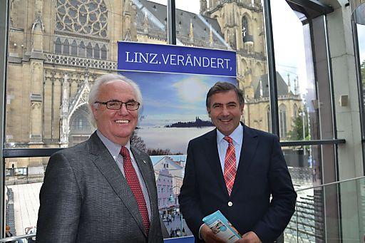 """Die Verantwortlichen des Tourismusverbandes Linz, Vorsitzender KR Manfred Grubauer (l.) und Tourismusdirektor Georg Steiner (r.) freuen sich über ein erfolgreiches Tourismusjahr 2012 und setzen für 2013 auf den Schwerpunkt """"Musik""""."""
