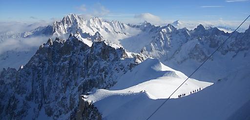 """Chamonix Einstieg zur Vallée Blanche 22 km Tiefschneeabfahrt: Absoluter Höhepunkt der diesjährigen """"Fact-Finding-Tour"""" war für viele Teilnehmer jedoch eine unvergessliche Freeride-Tour von Europas zweithöchster Seilbahnstation, dem Aiguille du Midi (3843 Meter), auf der längsten Skiroute der Alpen - der Valleés Blanche mit 22 Kilometer - hinunter nach Chamonix."""