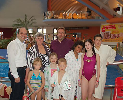 GF H2O Hotel-Therme-Resort Christian Rotter und SOS Kinderdorfleiter Franz Derler mit einer Familie des SOS Kinderdorf Stübing.