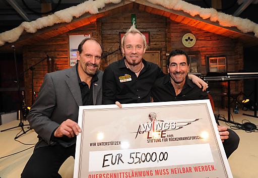 Nahmen 55.000 Euro für Wings for Life entgegen (v. li.): Stiftungs-Gründer und Motocross-Weltmeister Heinz Kinigadner mit den Wings for Life-Botschaftern Thomas Geierspichler und Luc Alphand.