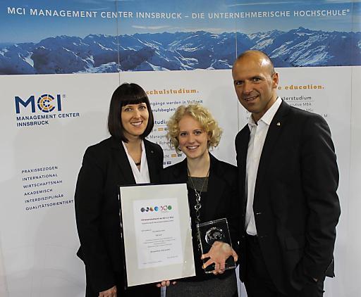 Prof. Dr. Anita Zehrer, Preisträgerin Martina Gratl, MA, und Prof. Hubert Siller freuen sich über den ITB Wissenschaftspreis.