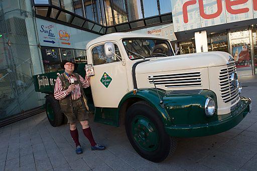 http://www.apa-fotoservice.at/galerie/4024 Im Bild: Bierpapst Conrad Seidl vor dem alten 480 Steyr Braulastwagen der Brauerei Freistadt