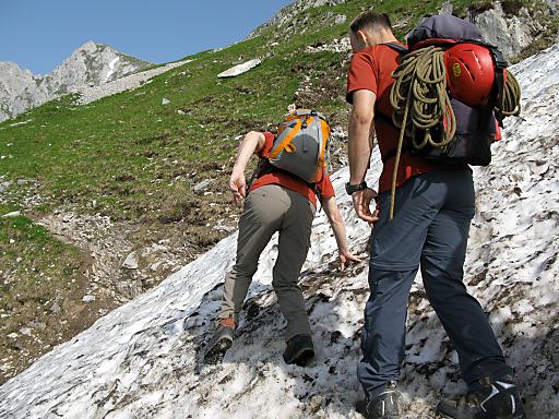 Das Absturzrisiko beim Überqueren von Altschneefeldern wird oft unterschätzt.