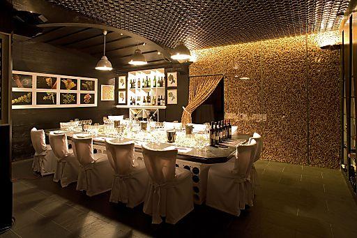 Weingenuss in außergewöhnlichem Ambiente, unzählige Korken täfeln die Vinothek Korki.