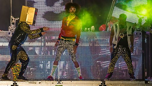"""I'm Sexy And I Know It"" - Red Foo heitzt den tausenden Tanzwütigen ordentlich ein"