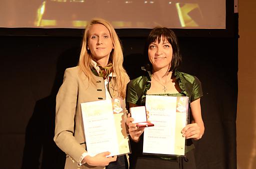 Andrea Jöbstl-Prattes von der Steiermark-Card mit Sandra Rassi von der Agentur infect (von rechts) bei der TAI Werbe Granz Prix-Verleihung im Hotel Hilton in Wien.