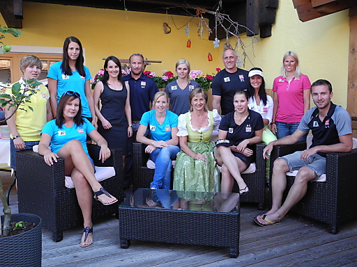 Waltraud Zardini (Bildmitte) und Julia Wascher mit dem ÖSV Speed Team