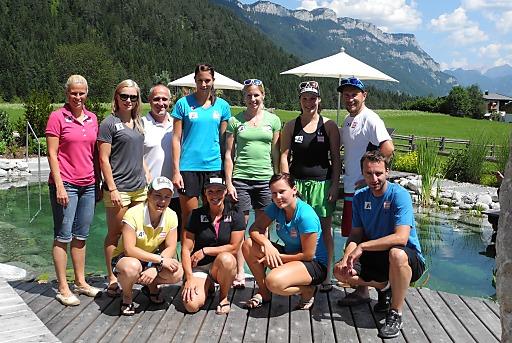 Die Athletinnen und Trainer am Badeteich des Glückshotels