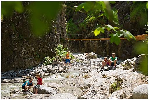 Erfrischung an heißen Tagen bietet eine Wanderung durch die Grießbachklamm.