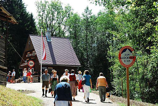 """Mauthaus """"Guttal"""" mit einem etwa 50 m langen Stück der Großglockner Hochalpenstraße im Freilichtmuseum."""
