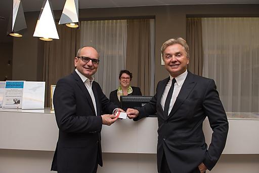 Im Bild v.l.n.r.: Mag.Harald Nograsek (Generaldirektor der Verkehrsbüro Group), Gundula Feichtenschlager-Schimek (Direktorin Hotel Schillerpark), Ernst Kirchmayr ( Eigentümer Plus City & Lentia City)