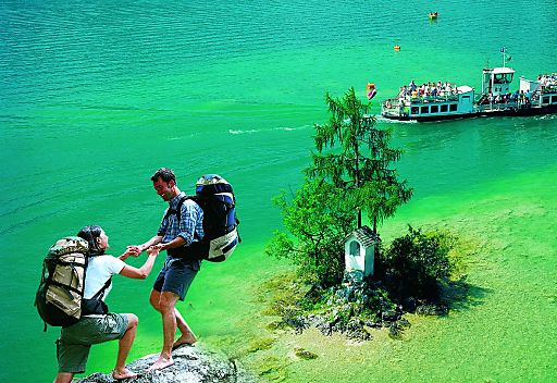 """Wanderpärchen beim Ochsenkreuz - Ein Feuerwerk an Farben scheint die Natur im Herbst am Wolfgangsee """"abzubrennen"""". Ebenso bunt ist das Veranstaltungsangebot für die Besucher der Wolfgangseeregion."""