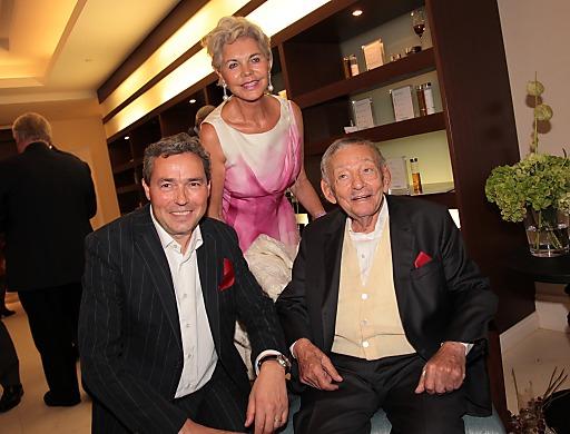http://www.apa-fotoservice.at/galerie/4521/ Im Bild v.l.n.r.: CEO FMTG Otmar Michaeler, Ehefrau Friederike Wlaschek mit Karl Wlaschek (Eigentümer Schloss Velden)