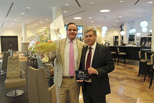v.l.n.r.: Frank Vesper (Revenue Manager) und Günter Jung (Direktion des ARCOTEL Onyx) nehmen die Auszeichnung entgegen