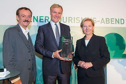 Der Wiener Tourismuspreis 2013 wurde von WK-Wien Präsidentin Brigitte Jank und Tourismusobmann Josef Bitzinger an Albertina-Direktor Klaus Albrecht Schröder (Mitte) übergeben.