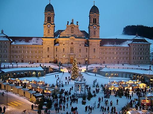 Der Einsiedler Weihnachtsmarkt vor dem Kloster