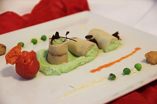 Erbsencreme im Räuchertofu-Mantel mit knusprigem Tofu und zweierlei Tomate.
