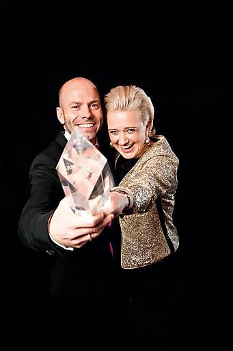 Die strahlenden Chefs Michaela Hirnböck-Gmachl und Fritz Hirnböck mit dem begehrten LEADERS OF THE YEAR-Award