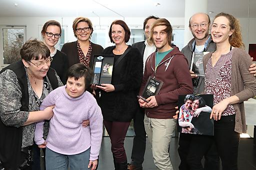 Preisverleihung PR-Bild Award: v.l.n.r. (1.Reihe): Sissy Reiter (Leiterin des Wohnhauses Schlöglgasse), Angelina Marionov (Lebenshilfe Wien); v.l.n.r. (2.Reihe): Andrea Puslednik (APA-OTS), Karin Thiller (APA-OTS), Nicole Reiter (Marketing & Kommunikation, Lebenshilfe Wien), Joachim Mair (kaufmännischer Geschäftsführer der Lebenshilfe Wien), Michael Größinger (Sportalpenmarketing GmbH), Markus Hippmann (Fotograf Siegerfoto), Sandra Gratzl (Betreuerin im Wohnhaus Schlöglgasse der Lebenshilfe Wien)