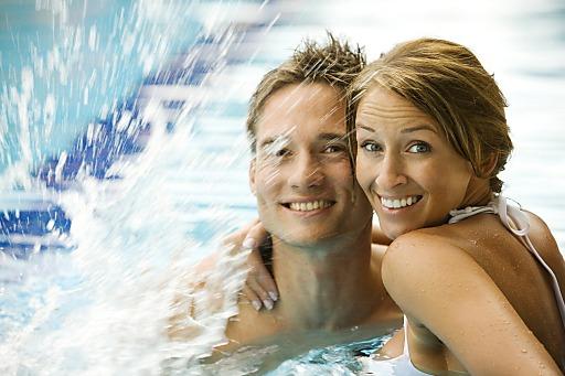 Paar im Thermalwasser
