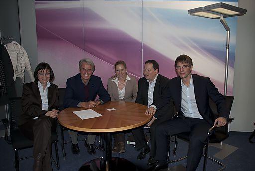 Bei der Vertragsunterzeichnung: COO Helga Freund, CEO Hans-Dieter Toth, Nina Weiglhofer (Leitung Team Projekte) alle Eurotours, Thomas Eisenbarth und Frieder Munk (beide Mercedes-Benz Travel)