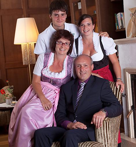 Die Hoteliers-Familie Klausner aus Hintertux im Zillertal freut sich über die Auszeichnung zum TopHotel 2014 von HolidayCheck. im Bild Frieda, Stefan, Magdalena und Martin