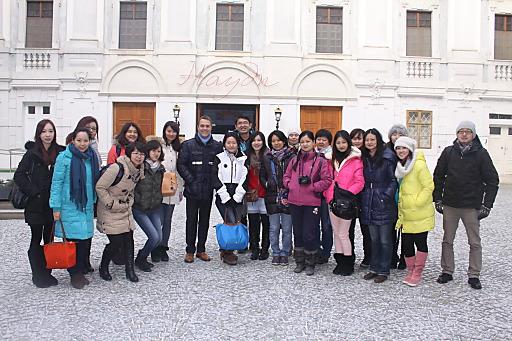 v.l.n.r.: Burgenland Tourismus-Direktor Mario Baier mit 20 chinesischen Reiseveranstaltern bei der Besichtigung des Schloss Esterházy in Eisenstadt.
