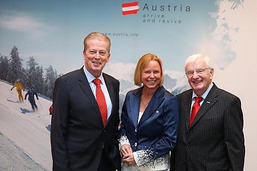 atb_sales Pressekonferenz: v.l.n.r.: Wirtschafts- und Tourismusminister Dr. Reinhold Mitterlehner; ÖW-Geschäftsführerin Dr. Petra Stolba; WKO-Bundesspartenobmann KR Hans Schenner;