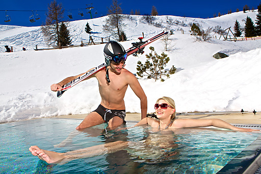 Skipisten-Wellness am Feuerberg - das Mountain Resort Feuerberg (1.766 m) verbindet Wellness & Skipisten in kongenialer Weise - die Wörthersee-Skipiste führt direkt an der Alpentherme, dem 15 Meter-Außenpool vorbei