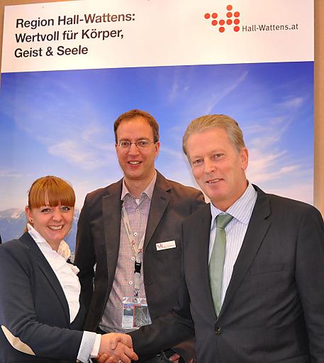 Österreichs Bundesminister Reinhold Mitterlehner (rechts) gratulierte den Vertretern, Caroline Schneider und Martin Friede von Hall in Tirol bei seinem Besuch auf der ITB in Berlin zur Bewerbung als UNESCO-Weltkulturerbe.