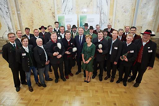 Die 27 Most-Pioniere (Österreichs erste Most-Betriebe mit staatlicher Prüfnummer) mit Bundesminister Andrä Rupprechter und GRÖ-Obfrau Margareta Reichsthaler (Mitte).