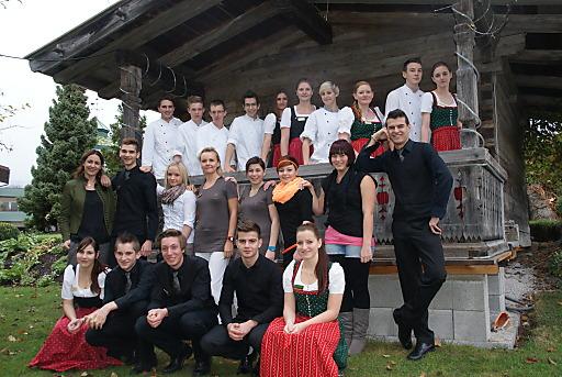 35 Lehrlingen in 6 Lehrberufen lernen im Alpenresort Schwarz neben fachspezifischem Wissen und allgemeine Werte. Mit fundiertem Dienstleistungsverständnis und tragen sie maßgeblich zum Erfolg des Alpenresort bei.