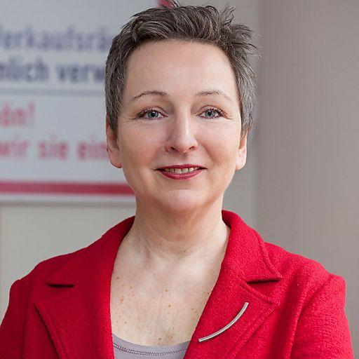 """Architektin und Mediatorin DI Ursula Spannberger (Firma RAUM.WERTcc) hält einen Vortrag zu """"Baulichen Barrieren""""."""