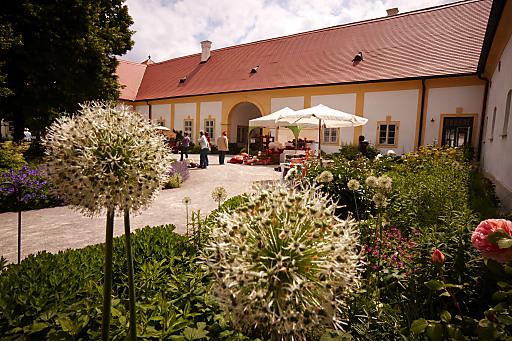 Der idyllische Gutshof präsentiert sich als idealer Schauplatz für frühlingshafte Gartentage.