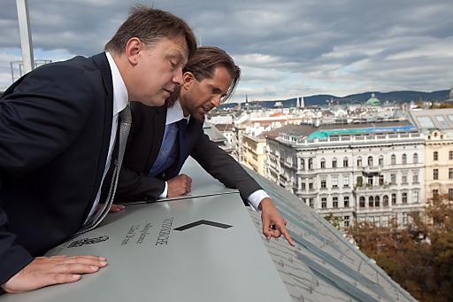 Bei der Inspektion der Anschlagpunkte am Dach des Ritz-Carlton, Vienna am Stubenring: Torsten Heyroth, Ritz-Carlton, Vienna (l) und Ing. Mag. (FH) Michael Reischer, TÜV AUSTRIA Prüfmanagement.