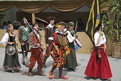 """Das Mittelalterfest findet in diesem Jahr zum fünfzehnten Mal statt und lädt Besucher dazu ein, sich ins """"Goldene Zeitalter"""" des historischen Marktes zurückzuversetzen."""