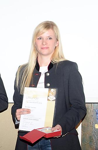 Sabine Sandrell (Grafik) holte in Wien die Preise für Montafon Tourismus ab.