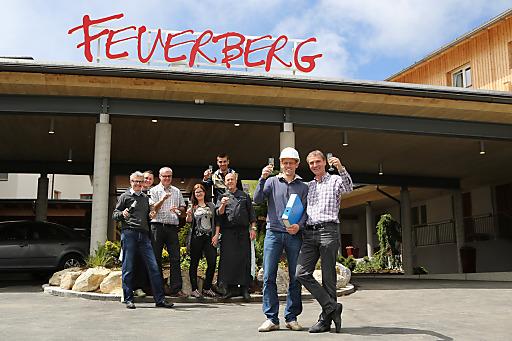 Geschafft - 5,3 Millionen Euro in 10 Wochen: Projektleiter Thomas Freunschlag (Architekten Ronacher, vorne rechts mit Helm) und Feuerberg-Eigentümer Erwin Berger (vorne ganz rechts) stoßen unter dem Jubel des Feuerberg-Teams auf den Abschluss der 8ten Feuerberg-Baustufe an.
