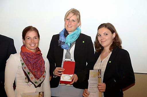 Preisverleihung T.A.I. Werbe Grand Prix 2013/2014. 1. Platz in der Kategorie Websites & Social Media Destinationen: Barbara Stäbler (elements.at), Anne Riedler & Sarina Berchtold (Kleinwalsertal Tourismus).
