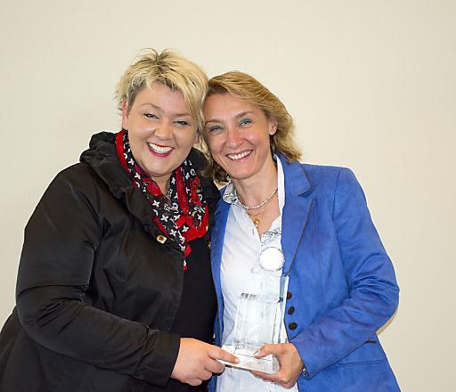 Freuten sich über den T.A.I.-Kristall: Susanne Klaunzer, Regionalleiterin Kühtai - Sellraintal (links), und Helga Andreatta, als Leiterin Kreation & Produktion von Innsbruck Tourismus verantwortlich für die Kataloggestaltung.