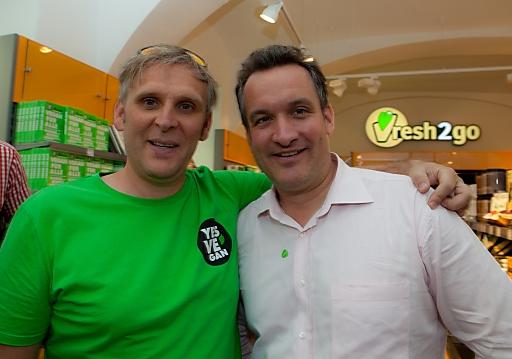 (v.l.n.r.): Jan Bredack, Geschäftsführer Veganz und Markus Teufel, Geschäftsführer yamm! bei der Eröffnung der Veganz-Filiale in Wien