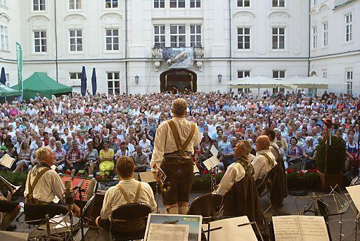 Tradition, kaiserliches Flair und höchster musikalischer Anspruch. Die Innsbrucker Promenadenkonzerte im Innenhof der Kaiserlichen Hofburg sind ein sommerliches Kultur-Highlight der Hauptstadt der Alpen.