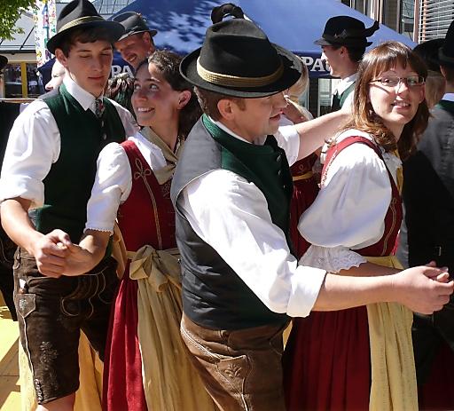 """Rund um den Fuschlsee wird der Bauernherbst groß geschrieben. Hof bei Salzburg ist von Anfang an beim Bauernherbst im SalzburgerLand dabei - immerhin seit 19. Jahren! Am Sonntag, den 24. August 2014 ist es soweit und Hof bei Salzburg eröffnet zum 1. Mal den Bauernherbst im SalzburgerLand! Ganz im Zeichen des diesjährigen Motto`s """"HOAGASCHTN IM SALZBURGER BAUERNHERBST"""" gestalten nicht nur die Bauern und Bäuerinnen das Fest, sondern es wirken erstmalig auch die örtlichen Vereine und Institutionen mit welche mit der Stiegl Pferdekutsche zur Festmesse am Brunnenplatz im Ortszentrum einziehen werden."""