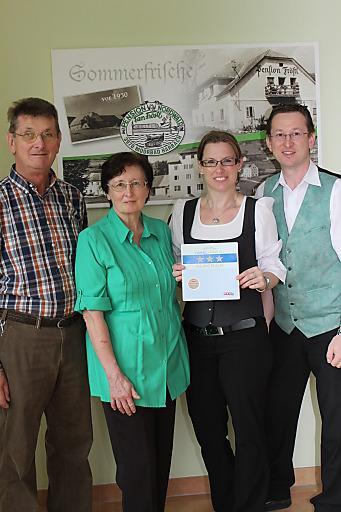 Fröstl Karl, Fröstl Herta, Fröstl Martina, Fröstl Gerald mit der Auszeichnung zum Superior-Betrieb.