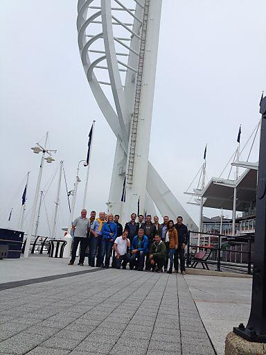 Die Teilnehmer der con.os Trendexpedition am Fuße des Spinnaker Tower.