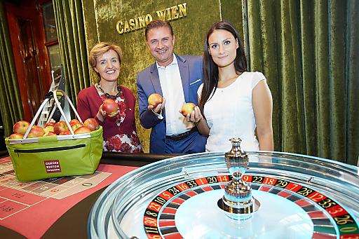 http://www.apa-fotoservice.at/galerie/5931 Margareta Reichsthaler, Obfrau der GENUSS REGION ÖSTERREICH; Casino Wien Direktor Reinhard Deiring und Apfelfee Corinna Lehner (Im Bild v.l.n.r.)