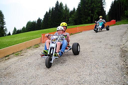 """Der """"Erlebnisberg 2014"""" Muttereralm bietet viele Familien-Attraktionen, u.a. seit diesem Sommer die Mountain Carts, mit denen Groß und Klein zu Tal sausen."""