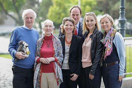 http://www.apa-fotoservice.at/galerie/5972 Bild v.l.n.r.: Walter Innmann, Geschäftsführer Jane Goodall Institut-Austria; Dr. Jane Goodall; Christina Neumeister-Böck, Veranstalterin ReiseSalon; Hanns Bauer, Veranstalter ReiseSalon; Lilian Klebow, Ehrenbotschafterin Jane Goodall Institut-Austria; Mag. Gudrun Schindler-Rainbauer, Geschäftsführerin Jane Goodall Institut-Austria.